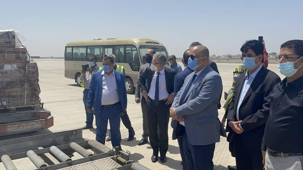 وزير التخطيط والتعاون الدولي يشارك في استلام الدفعة الأولى من لقاح كوفيد19